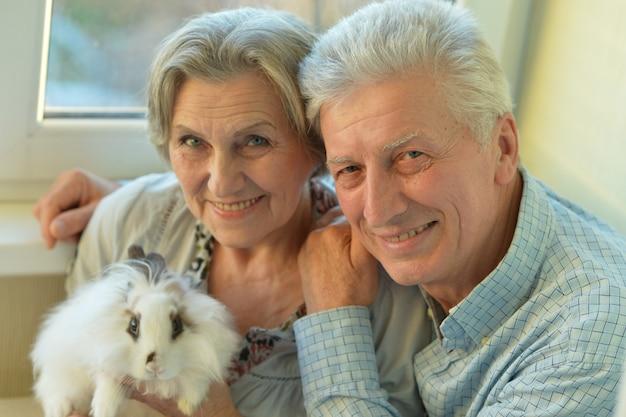 Heureux couple de personnes âgées avec un petit lapin