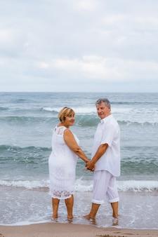 Heureux couple de personnes âgées sur la plage