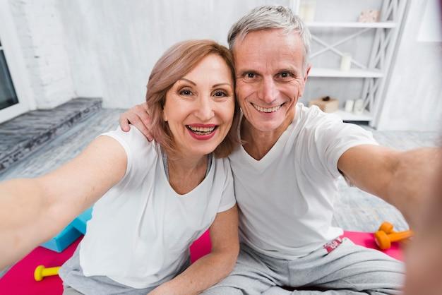 Heureux couple de personnes âgées prenant autoportrait
