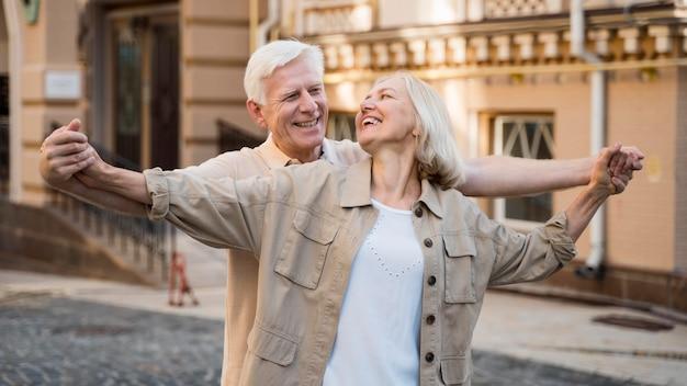 Heureux couple de personnes âgées profitant de leur temps en ville