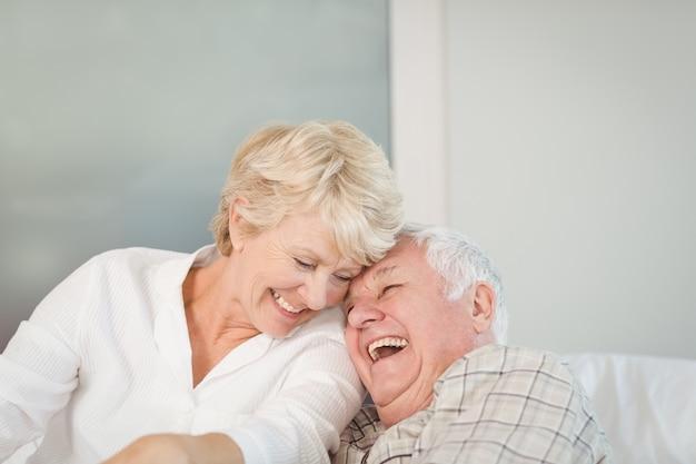 Heureux couple de personnes âgées rire