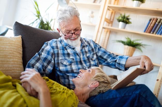 Heureux couple de personnes âgées romantiques étreignant et profitant de la retraite à la maison