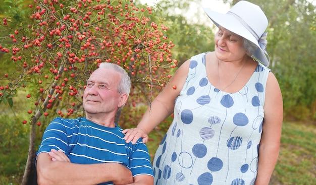 Heureux couple de personnes âgées s'amusant dans le parc