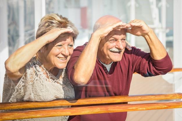 Heureux couple de personnes âgées s'amuser tourné vers l'avenir