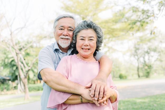 Heureux couple de personnes âgées se tenant