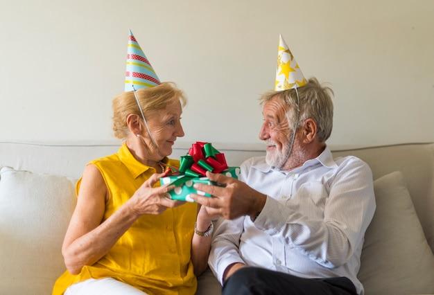 Heureux couple de personnes âgées