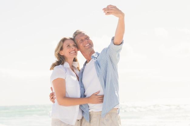Heureux couple prenant un selfie