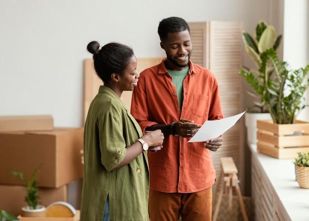 Heureux couple prévoyant de redécorer la maison