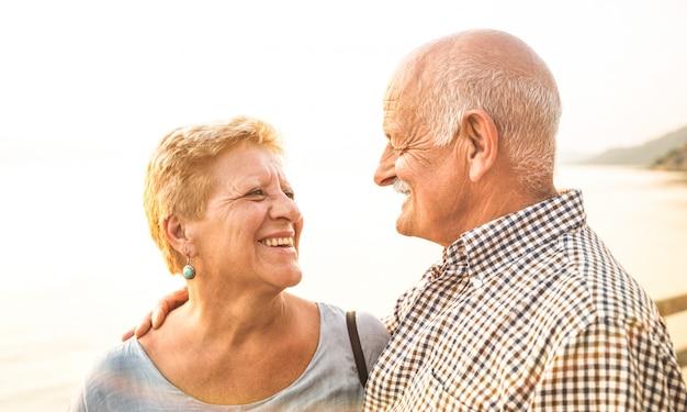 Heureux couple de retraités s'amusant dans une destination de voyage tropicale
