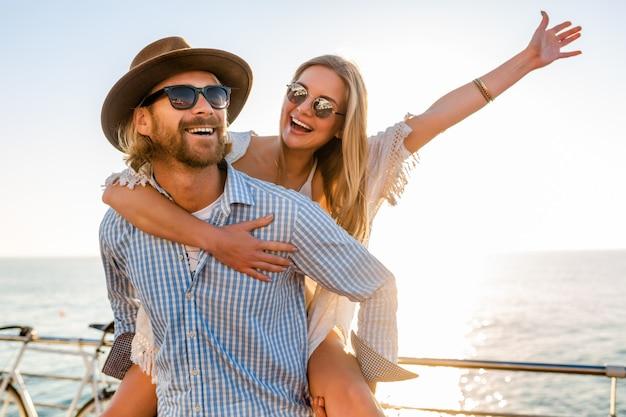 Heureux, couple, rire, voyager en été, par, mer, homme femme, porter, lunettes soleil
