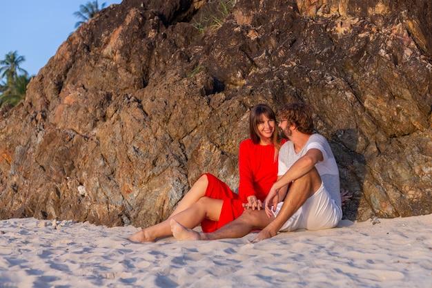 Heureux couple romantique sur la plage tropicale au coucher du soleil.