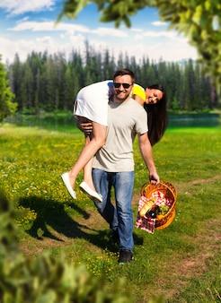 Heureux couple s'amusant sur la nature