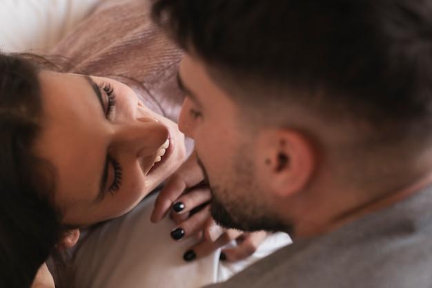 Heureux couple s'embrassant