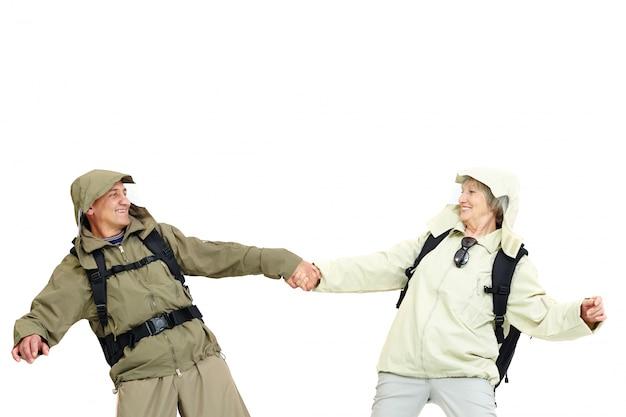 Heureux couple sac à dos