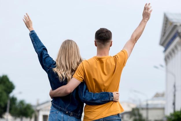 Heureux couple se tenant à l'arrière