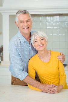 Heureux couple senior dans la cuisine