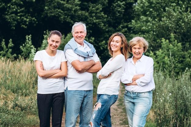 Heureux couple senior avec leurs filles dans la nature