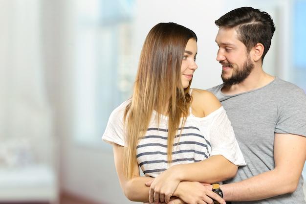 Heureux couple souriant amoureux portrait bouchent