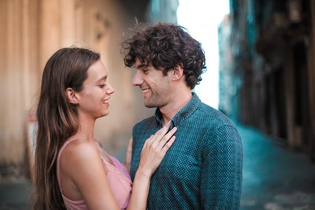 Heureux couple souriant