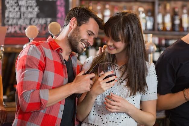 Heureux couple tenant des boissons