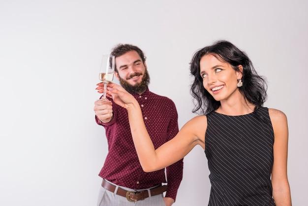 Heureux couple tenant une coupe de champagne