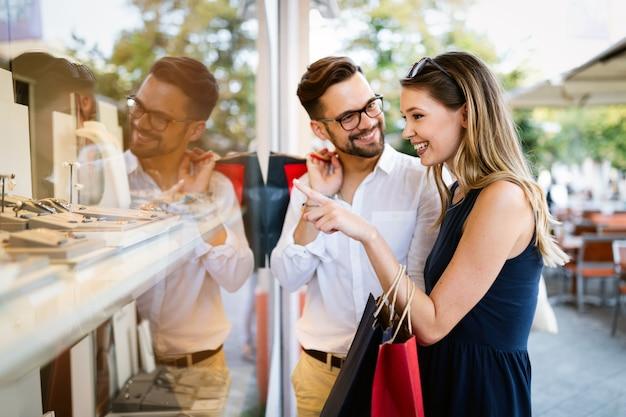 Heureux couple de touristes amoureux s'amuser, voyager, sourire en vacances