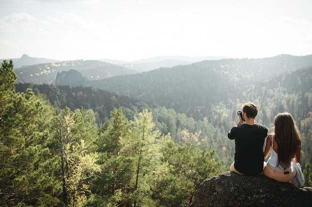 Heureux couple de touristes dans la nature a photographié des photos de beau panorama.