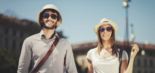 Heureux couple de touristes faisant du shopping dans la ville