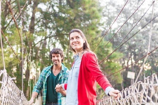 Heureux couple traversant un pont