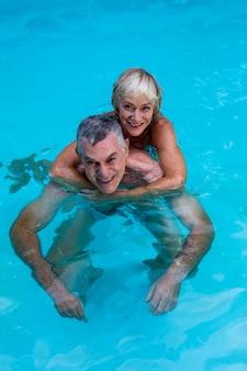 Heureux, couples aînés, apprécier, dans, piscine