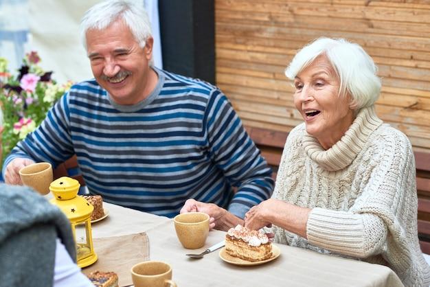Heureux, couples aînés, apprécier, dîner famille