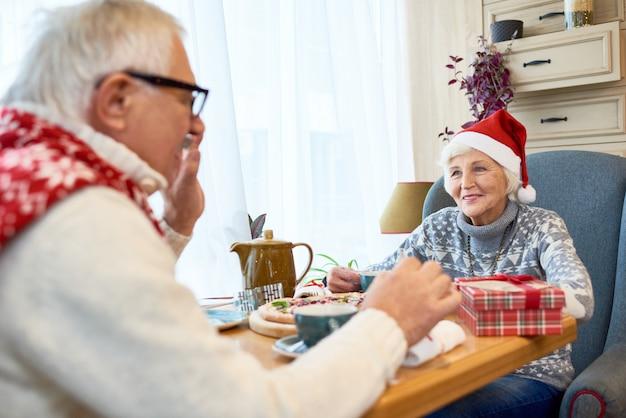 Heureux, couples aînés, célébrer, noël