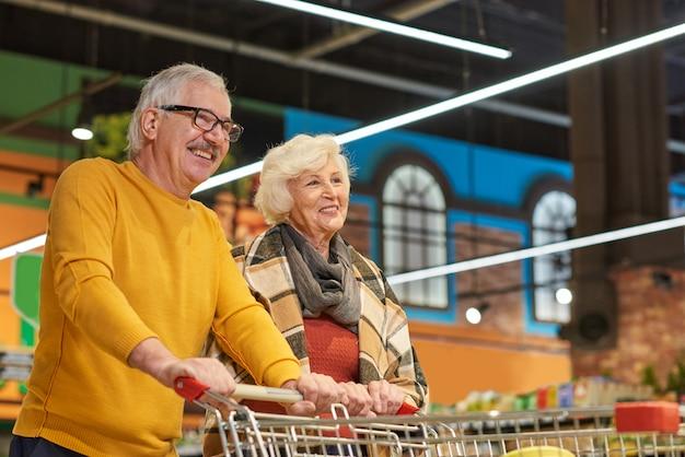 Heureux, couples aînés, dans, épicerie