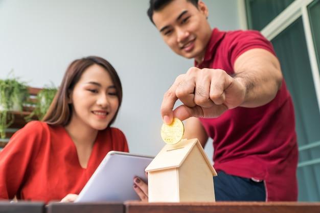 Heureux couples asiatiques souriants parce que c'est rentable d'investissement