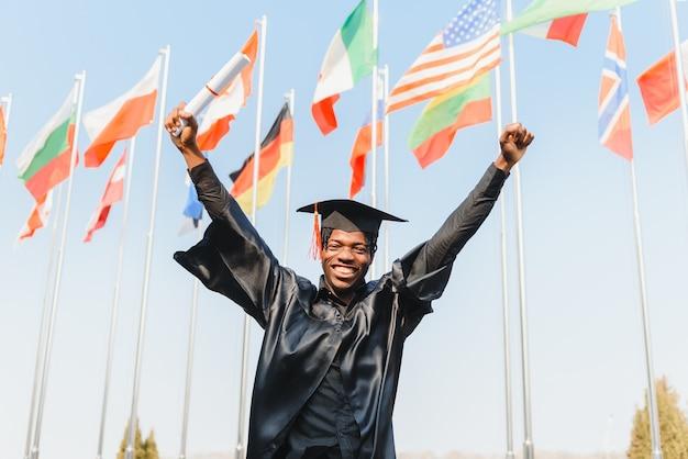 Heureux diplômé universitaire afro-américain lors de la cérémonie