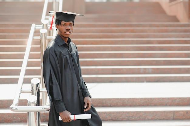 Heureux diplômé d'université de sexe masculin afro-américain lors de la cérémonie
