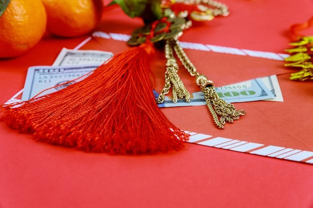 Heureux dollars américains nouvel an chinois avec des décorations traditionnelles sur fond rouge.