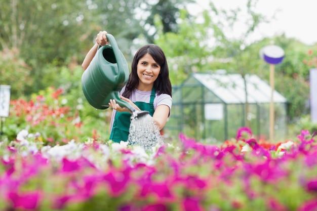 Heureux employé arrosant des plantes