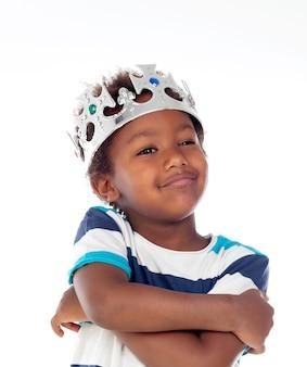 Heureux enfant africain avec une couronne argentée
