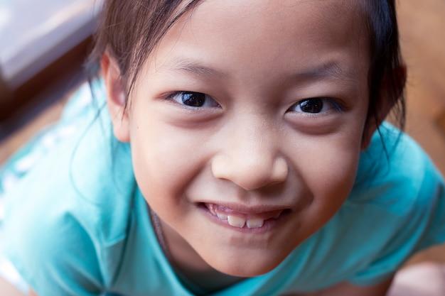Heureux enfant asiatique fille sourit et rit