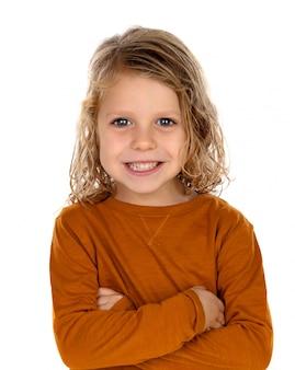 Heureux enfant blond aux cheveux longs