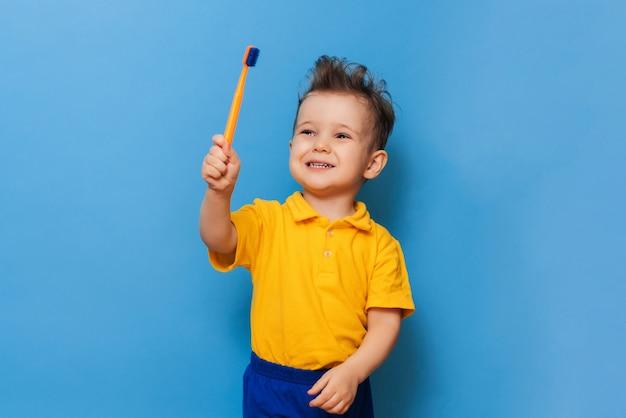 Heureux enfant enfant garçon se brosser les dents avec une brosse à dents. soins de santé, hygiène dentaire.
