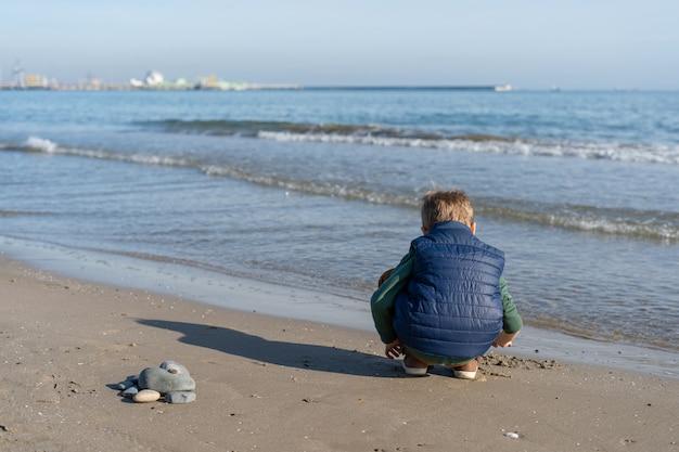Heureux enfant à l'extérieur sur la plage