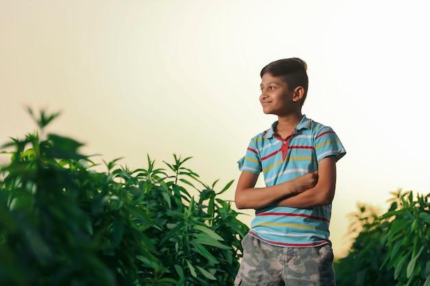 Heureux enfant indien jouant au sol