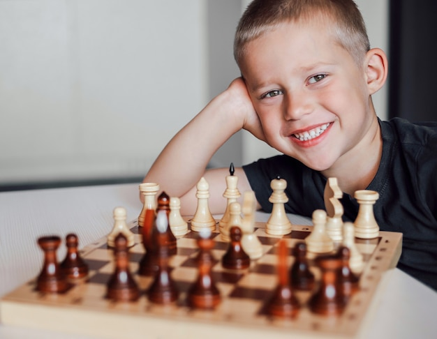 Heureux enfant jouant aux échecs.