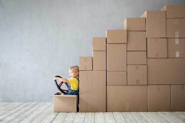 Heureux enfant jouant dans une nouvelle maison