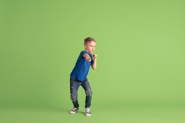 Heureux enfant jouant et s'amusant
