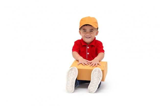Heureux enfant livreur de garçon asiatique