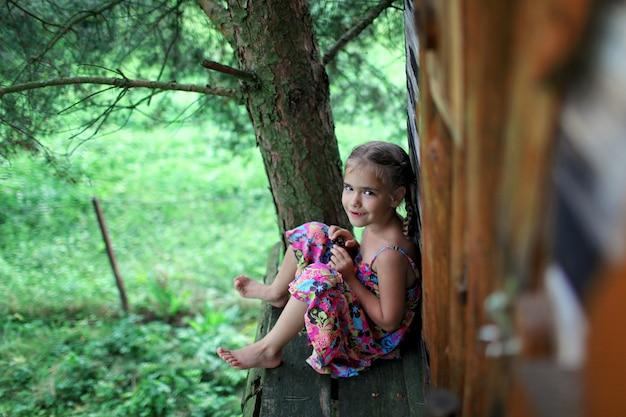 Heureux enfant mignon jouant dans la cabane dans les arbres