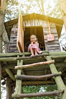 Heureux enfant mignon qui joue dans la cabane